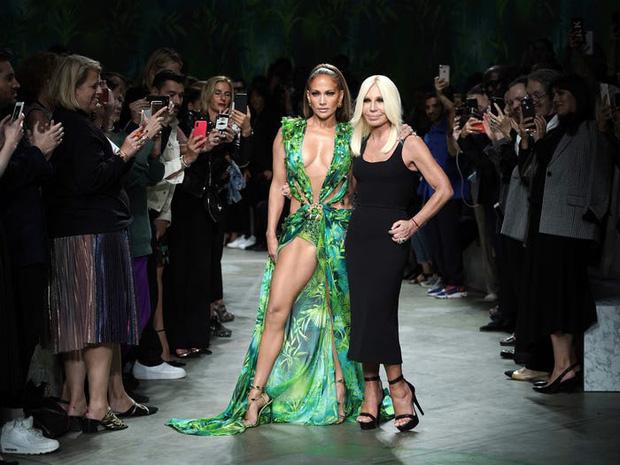 Donatella-Versace-(phải)-cùng-ca-sĩ-JLo-tại-tuần-lễ-thời-trang-Milan