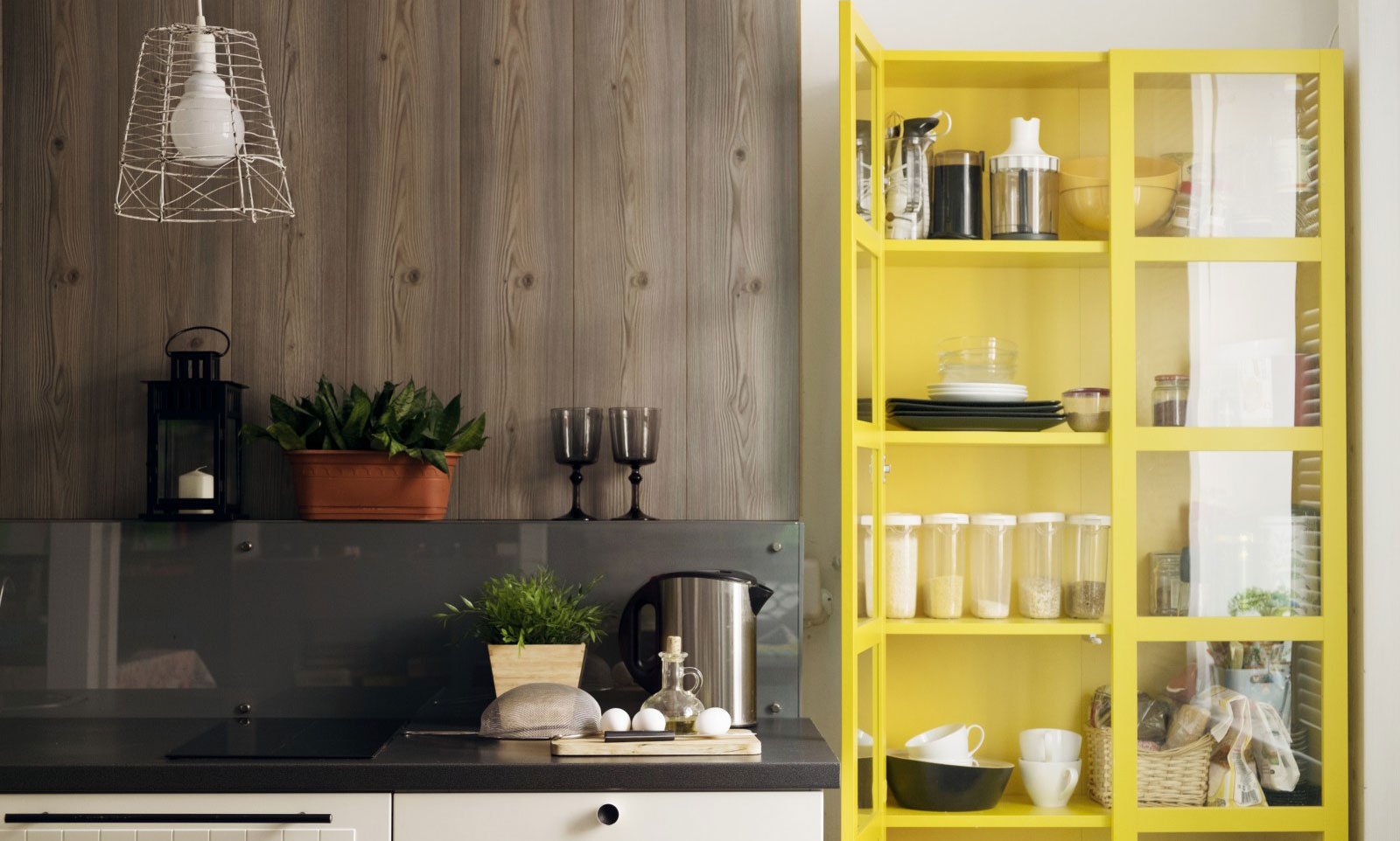 Art-and-color-are-fast-ways-to-personalize-a-small-kitchen